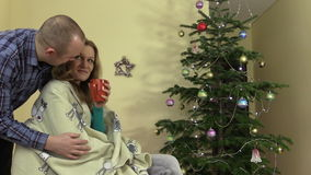 Ostrożny mąż daje żony filiżanki kawy herbacianej pobliskiej choinki zbiory