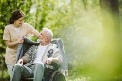 Ostrożny opiekun bierze opiekę pacjent zdjęcie stock