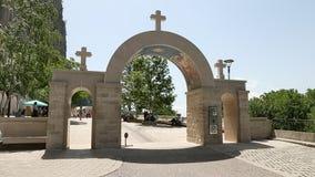 Ostrog,黑山- 2017年6月30日, 成拱形入口到山的黑山Ostrog修道院 摇摄行动十字架在 影视素材