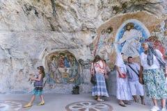 OSTROG MONTENEGRO - JUNI 8: Ortodoxa troenden besöker Monasten Royaltyfri Bild