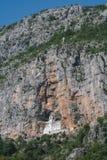 Ostrogklooster in de rots die in Montenegro wordt gesneden royalty-vrije stock fotografie