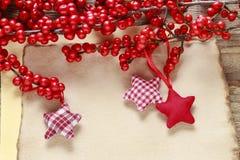Ostrokrzewu verticillata winterberry i czerwone gwiazdy na roczniku tapetujemy fotografia royalty free