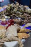 Ostron med smaktillsats på tabellen med is royaltyfri bild