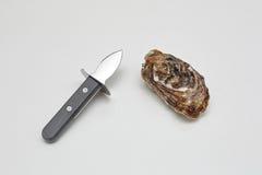 Ostron och kniv Royaltyfria Bilder