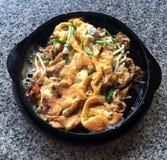 Ostron som stekas i ägg, slår denstekte frasiga musslan med böngrodden, thailändsk mat royaltyfria foton