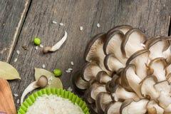 Ostronchampinjon på trätabellen rå grönsaker royaltyfri foto