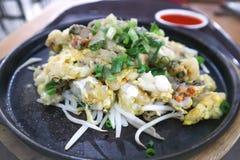 Ostronomelett eller uppståndelse stekte ostron med ägget och beansprout arkivfoto