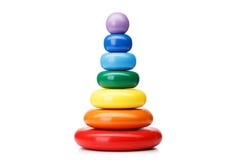 Ostrosłup budowa od pierścionków na białym tle, odosobnionych Kolorowe drewniane zabawki dla dzieci Uczenie dziecka ostrosłupa za zdjęcie royalty free