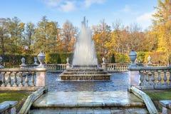 Ostrosłup fontanna w Niskich ogródach Peterhof, przedmieście St zwierzę domowe Zdjęcie Royalty Free
