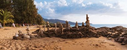 Ostrosłup kamienie na Nang paska plaży, Tajlandia zdjęcie stock
