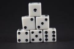 Ostrosłup kostka do gry pokazuje liczby jeden, sześć Zdjęcie Stock