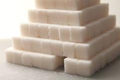 Ostrosłup od cukrowych sześcianów na szarym tle, Usuwający od odgórnego widoku Zdjęcie Stock