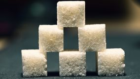 Ostrosłup sześć cukrowych sześcianów, niskiego światła tło obraz stock