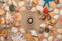 Ostrosłup w centrum okrąg robić piasek, wśród seashells i gwiazd zdjęcia stock