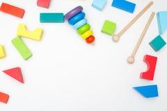 Ostrosłupa dernevyannaya i drewniani barwiący sześciany dla gama Zdjęcia Stock