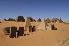 Ostrosłupowi grobowowie Kushite władcy przy Meroe Zdjęcie Stock