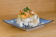 Ostros?up mak rolka z sma??c? garneli, tempura warzyw, sezamu i rakiety dekoracj?, zdjęcie royalty free