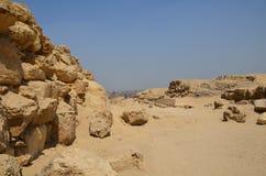 Ostrosłup w piaska pyle pod szarymi chmurami Obrazy Royalty Free
