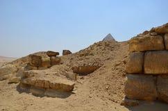 Ostrosłup w piaska pyle pod szarymi chmurami Obraz Royalty Free
