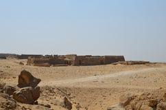 Ostrosłup w piaska pyle pod szarymi chmurami Zdjęcie Stock