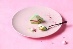 Ostros?up - Wsp??czesnej zielonej herbaty Matcha Mousse Mini tort fotografia royalty free