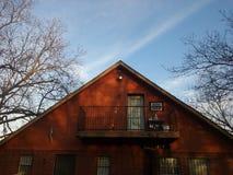 Ostrosłupowy dom i niebo Obrazy Stock