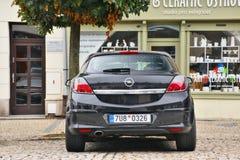 Ostrov nad Ohri,捷克共和国- 2017年9月09日:在老房子前的停放的汽车欧宝雅特凝视Namesti广场的在开始 图库摄影