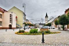 Ostrov nad Ohri,捷克共和国- 2017年9月09日:有五颜六色的花的历史被铺的凝视Namesti广场在前景  库存图片