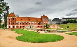 Ostrov nad Ohri,捷克共和国- 2017年9月09日:王子有盐水湖的` s宫殿红色历史大厦在b的大别墅公园 库存图片