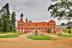 Ostrov nad Ohri,捷克共和国- 2017年9月09日:王子有盐水湖的` s宫殿红色历史大厦在b的大别墅公园 免版税库存图片