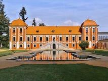 Ostrov nad Ohri, Tschechische Republik - September 2012: rotes historisches Gebäude von Prinz ` s Palast mit Lagune im Chateaupar Lizenzfreie Stockfotos