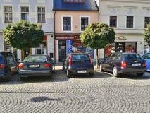 Ostrovnad Ohri, Tsjechische republiek - September 2012: de oude huizen en de geparkeerde auto's op Stare Namesti regelen op eind  Stock Afbeeldingen