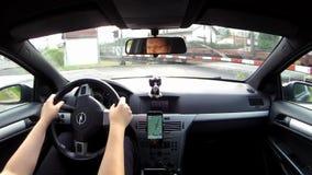 Ostrovnad Ohri, Tsjechische republiek - 09 September, 2017: het wachten op een goederentrein die in auto Opel Astra H kruisen stock video