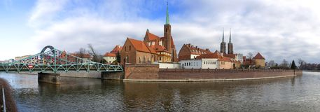 Ostrow Tumski区全景在有圣洁十字架和圣巴塞洛缪,大教堂的牧师会主持的教堂的弗罗茨瓦夫市  免版税库存图片
