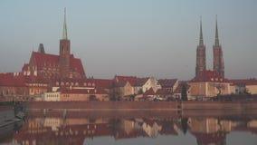 Ostrow Tumski en Wroclaw en la puesta del sol metrajes