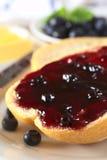 Ostruzione del mirtillo sul panino Fotografia Stock Libera da Diritti