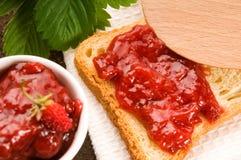 Ostruzione della fragola con pane tostato fotografia stock libera da diritti