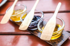Ostruzione dolce della cotogna in piatto di vetro con il cucchiaio Fotografia Stock