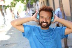 Ostry etniczny mężczyzna słucha muzyka zdjęcia stock