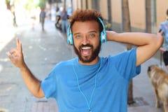 Ostry etniczny mężczyzna słucha muzyka fotografia royalty free