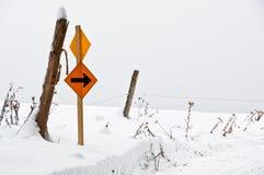 Ostry obraca dalej śnieżną drogę Obrazy Stock