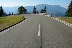 Ostry obraca dalej drogę w Alps w Niemcy Zdjęcia Stock