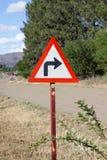 Ostry prawa ręka zwrota znak obok wiejskiej drogi zdjęcia stock