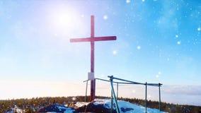Ostry szczyt z skromnym krzyżem podnoszącym na zima halnym szczycie Delikatny snowing zdjęcie wideo
