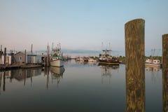 Ostrygi i milczka połowu trawlery dokowali przy zmierzchem Obrazy Stock