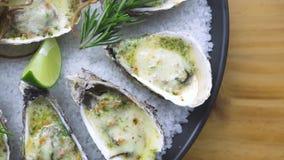Ostrygi piec z serem, wapnem i ziele na talerzu, Prezentacja menu owoce morza restauracja Śródziemnomorska kuchnia servitor zbiory