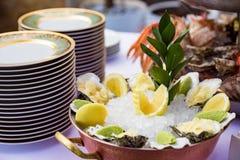 Ostrygi słuzyć na restauracja stole zdjęcia royalty free