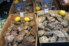 Ostrygi sprzedawać przy Ulicznym rynkiem w Paryż Ludzie chodzi jedzenie i kupuje Zdjęcie Royalty Free