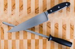 Ostrzący Stalowego i Francuskiego nóż Krzyżującego Obrazy Stock