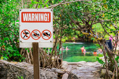 Ostrzeżenie Zakaz na połowie Senote, jezioro Fotografia Stock